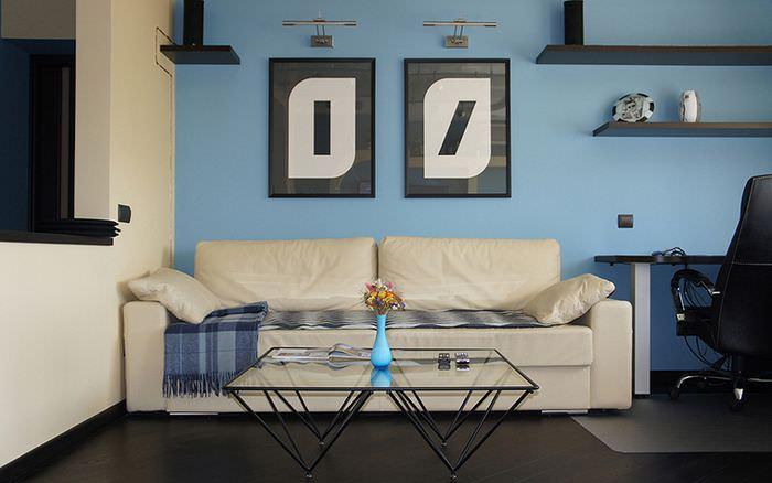 Декорирование голубой стены гостиной двум картинами