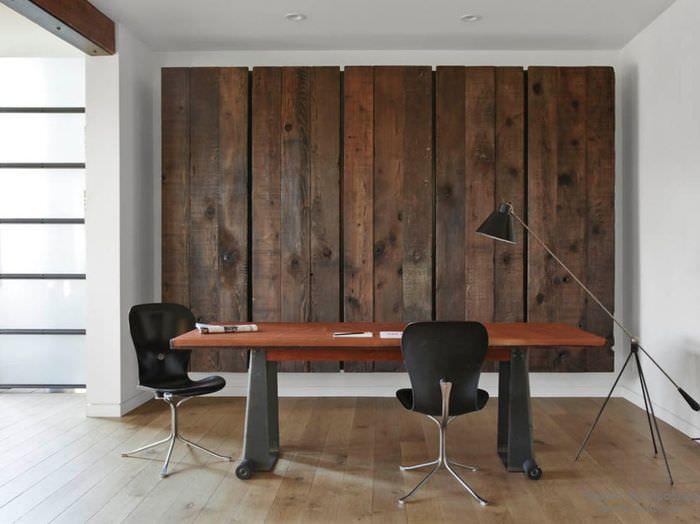 Декоративное панно из дерева на стене комнаты