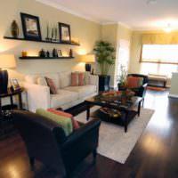 Картины и светильники в оформлении стены над диваном