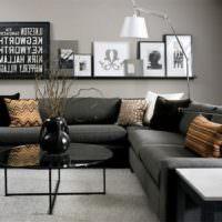 Полка с картинами над диваном в гостиной