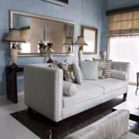 Зеркала над диваном в гостиной