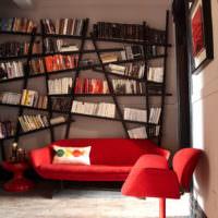 Наклонные полки для книг над диваном