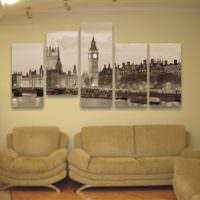 Черное-белое фото из пяти полотен над диваном