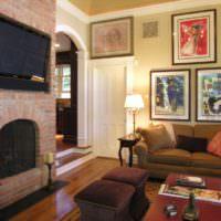Уютная гостиная с картинами над диваном