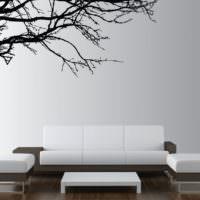 Белая стена и черный рисунок над диваном