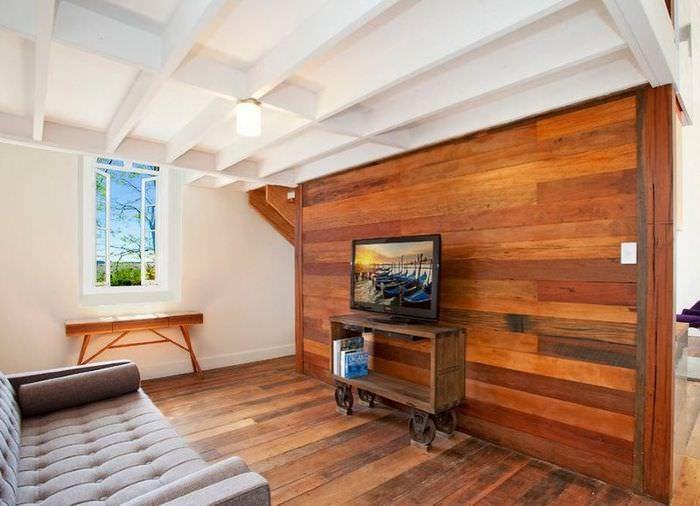 Оформление стены гостиной деревом