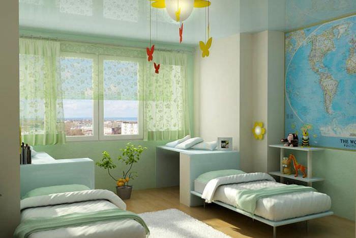 Две кровати в детской комнате и карта на стене