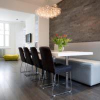 Оригинальная обеденная зона с дизайнерскими стульями