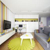 Яркий коврик на полу гостиной
