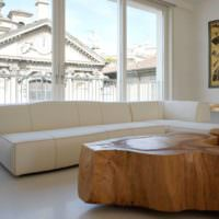 Журанальный столик из массива дерева в интерьере гостиной