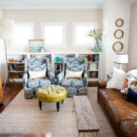 Кожаная мебель и старый шкаф в дизайне гостиной