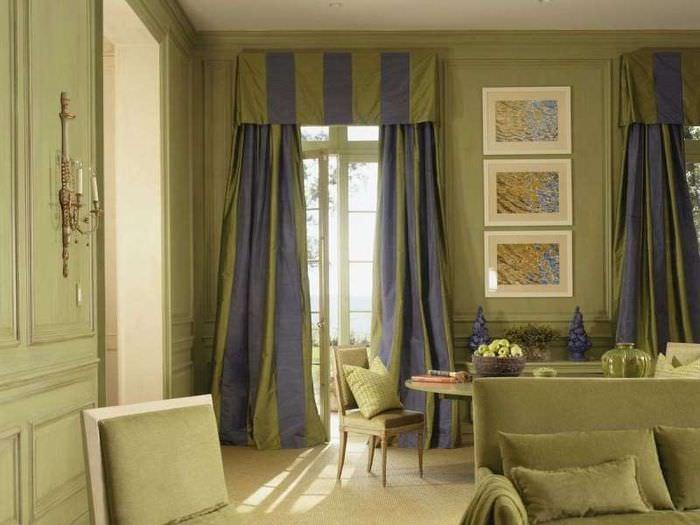 Узкое окно в гостиной с длинными шторами