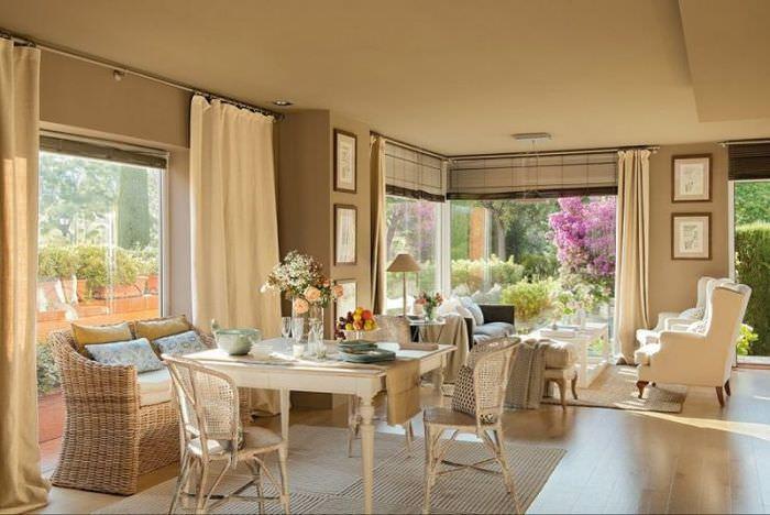 Интерьер гостиной жилого дома в стиле прованс