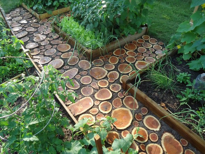Садовая дорожка из спилов древесины