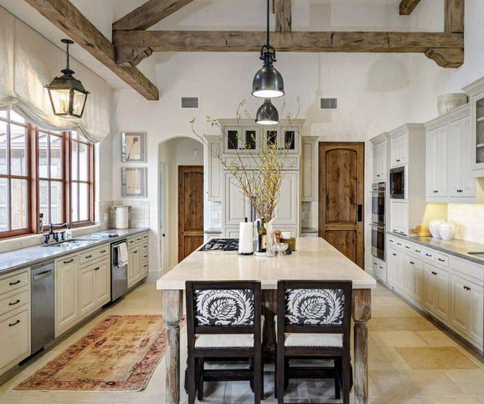 Деревянные двери как контрастные детали интерьера в стиле прованс