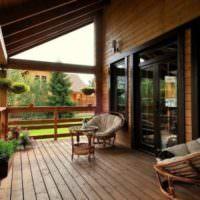 Ротанговая мебель на деревянной террасе