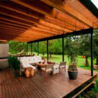 Просторная терраса с деревянным полом на даче