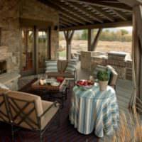 Уютное место для отдыха на дачной террасе