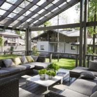 Открытая дачная терраса с о стеклянной крышей