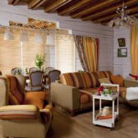 Контраст яркой мебели и светлых стен в гостиной в стиле прованс