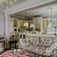Пестрый диван в гостиной жилого дома в стиле прованс
