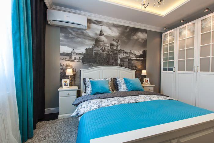 Черно-белые фотообои над изголовьем кровати в спальне