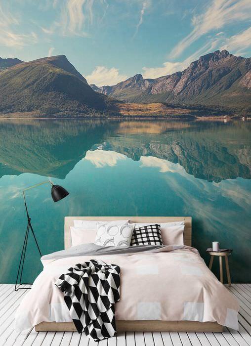 Горы и озеро на фотообоях в интерьере спальни