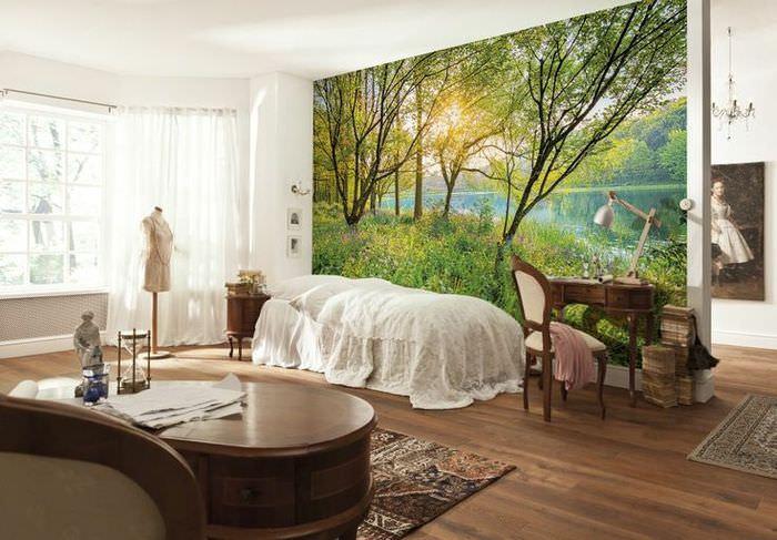 Фотообои с дикой природой в интерьере спальни загородного дома