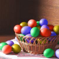 Яйца-крашенки для праздника Пасхи в корзинке