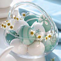 Крашенный пасхальные яйца в стеклянной посуде