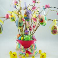 Пасхальное дерево из прутиков в декорированной вазе