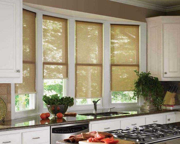 вариант красивого декора окна на кухне