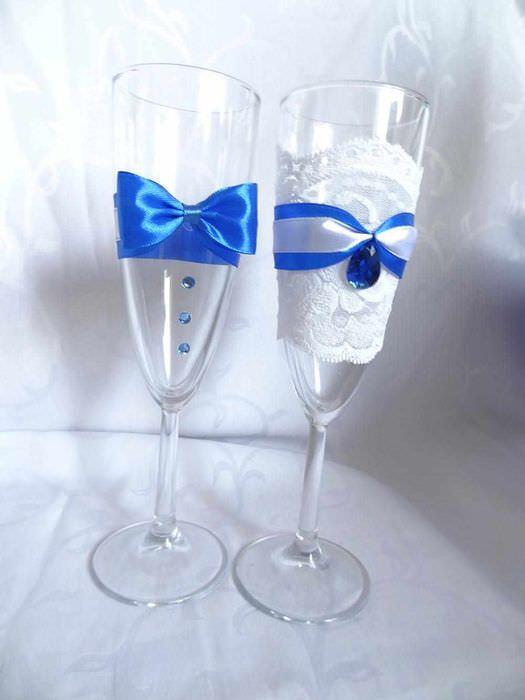 идея светлого украшения дизайна свадебных бокалов