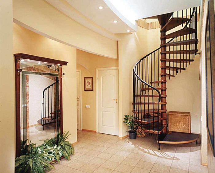 идея яркого интерьера лестницы в честном доме