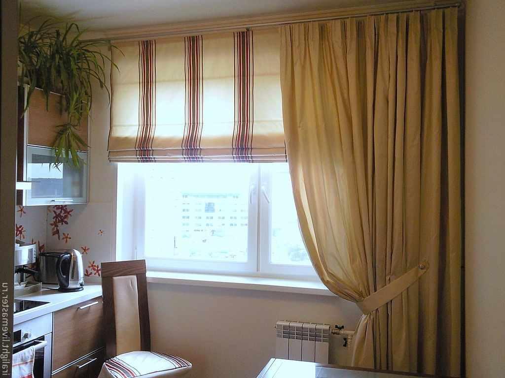 идея яркого интерьера окна на кухне