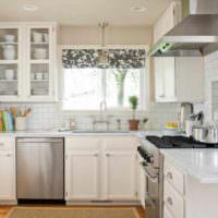 вариант светлого дизайна окна на кухне картинка