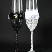 идея светлого украшения декора свадебных бокалов фото