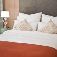 идея сочетания необычного персикового цвета в дизайне квартиры фото