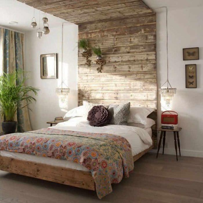 идея яркого интерьера изголовья кровати