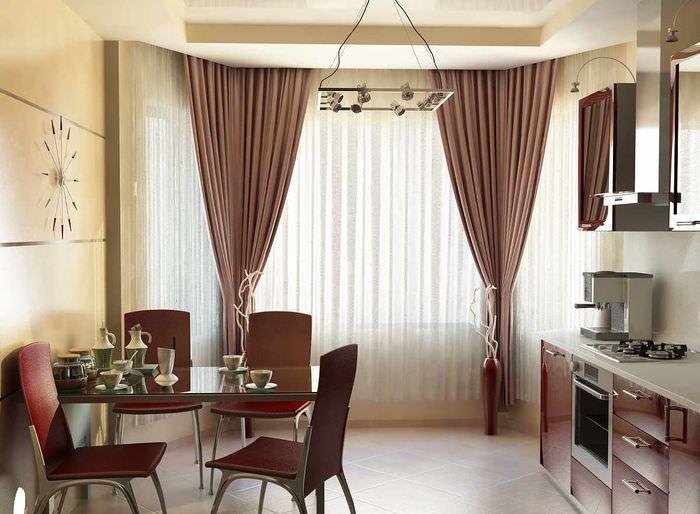 вариант светлого дизайна окна на кухне
