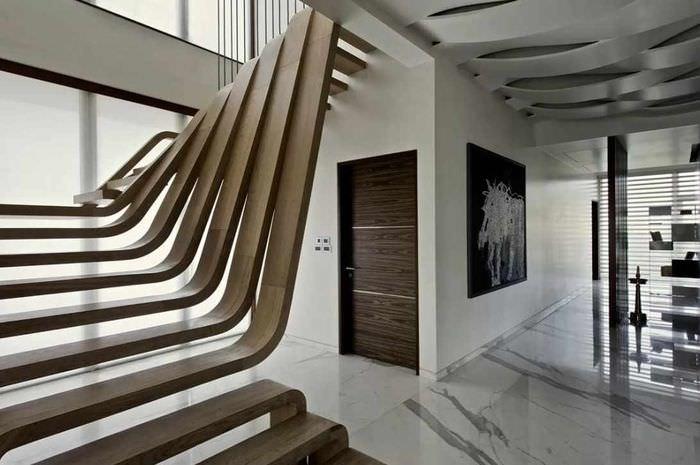 вариант яркого интерьера лестницы в честном доме