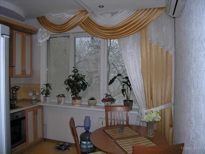 идея красивого декора окна на кухне