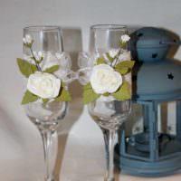 вариант необычного украшения декора свадебных бокалов картинка