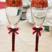 пример светлого украшения стиля свадебных бокалов фото