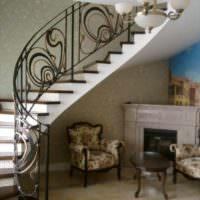 вариант яркого интерьера лестницы в честном доме фото