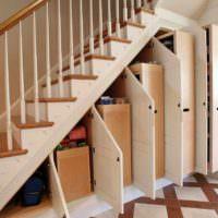 вариант красивого стиля лестницы в честном доме картинка