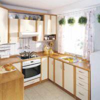 пример светлого декора окна на кухне фото