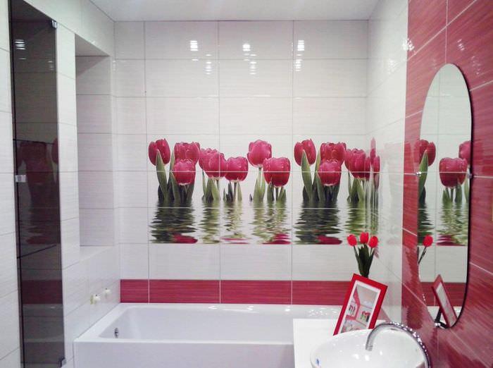 Кафельная плитка с тюльпанами в интерьере совмещенного санузла