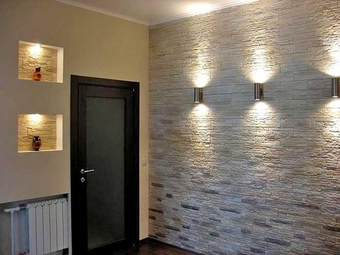 Стена прихожей с облицовкой из натурального камня