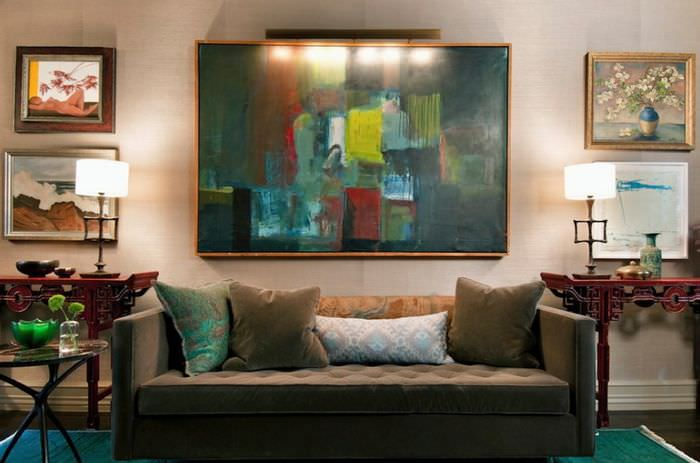 Редкая картина в интерьере жилой комнаты